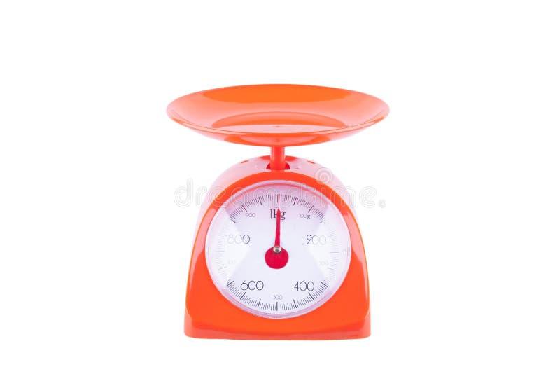Oranje schalen die producten op het witte geïsoleerde voorwerp wegen van het achtergrondkeukenmateriaal royalty-vrije stock foto's