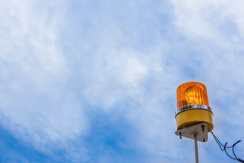 Oranje sirene op blauwe hemel royalty-vrije stock afbeeldingen