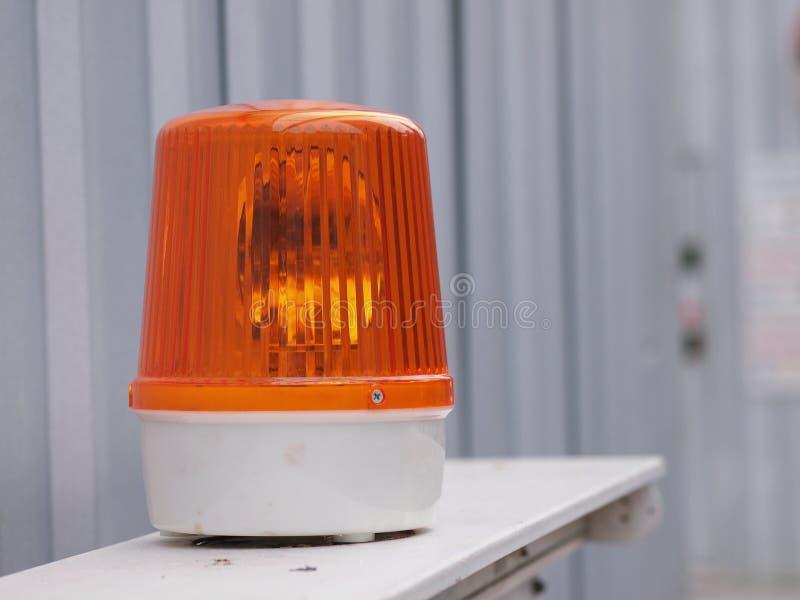 Oranje sirenelicht in bouwkant op veiligheidsteken royalty-vrije stock foto