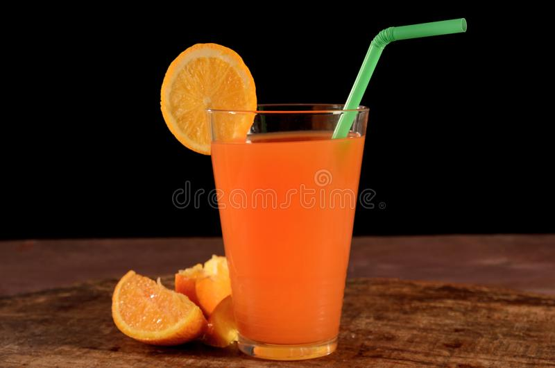 Oranje sok na Czarnym tle obrazy royalty free