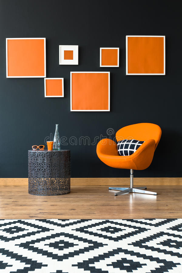 Oranje stoel naast lijst royalty-vrije stock afbeelding