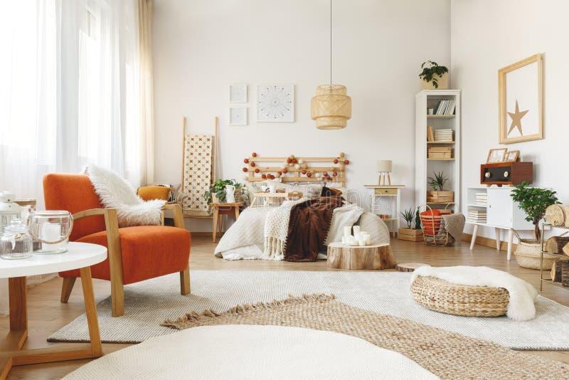 Oranje stoel in slaapkamer stock afbeelding. Afbeelding bestaande ...