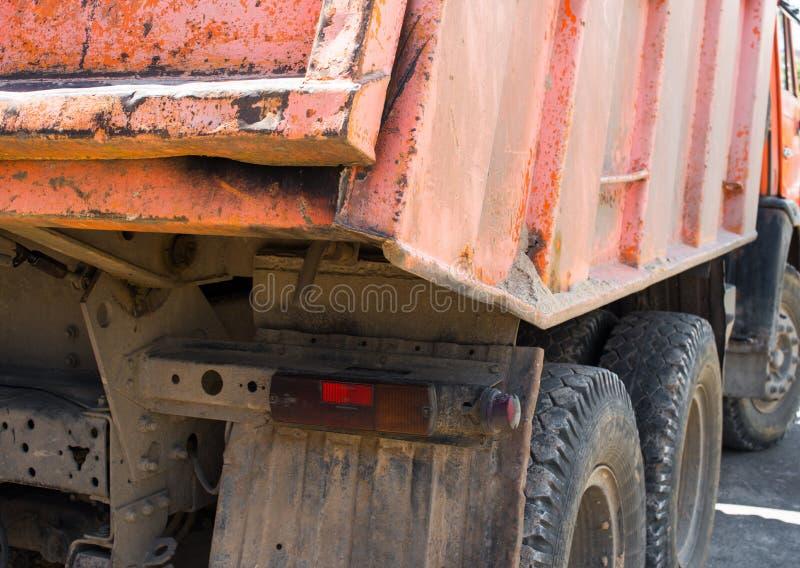 Oranje stortplaatsvrachtwagen Achter mening royalty-vrije stock afbeeldingen
