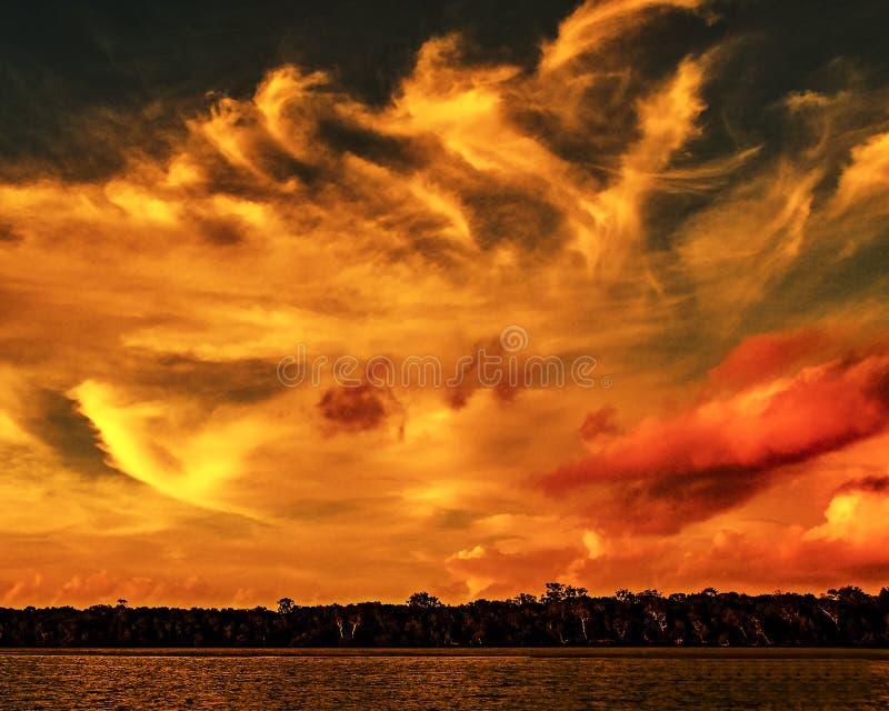 Oranje stratocumuluswolk, zonsondergangzeegezicht stock foto