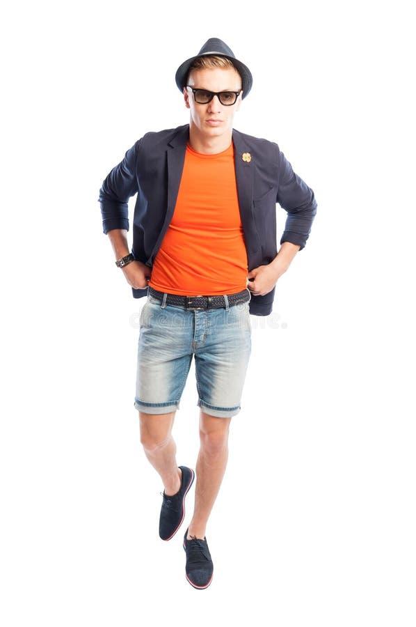 Oranje t-shirt, elegant jasje, korte jeans, hoed en zonnebril royalty-vrije stock afbeelding