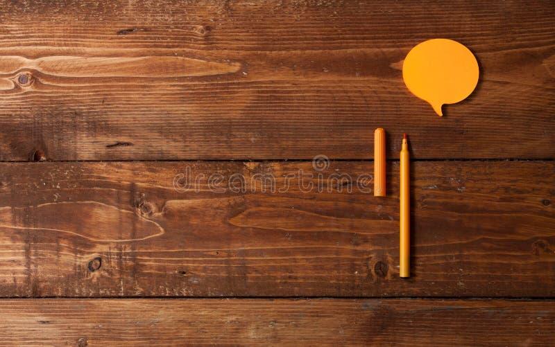Oranje tellers en andere kantoorbehoeften op de bruine uitstekende houten bedelaars royalty-vrije stock afbeelding