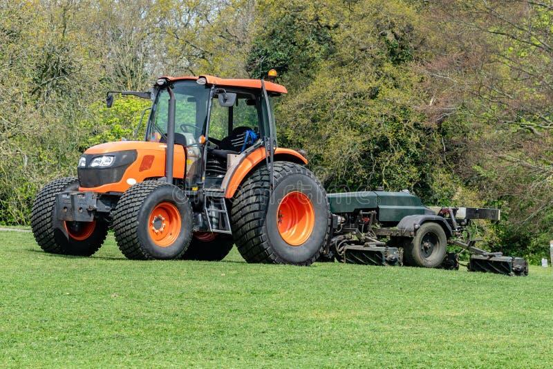 Oranje tractorgrasmaaier stock foto