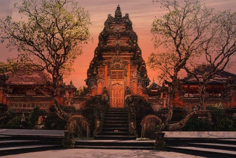 Oranje Ubud-Tempel Bali, Zonsondergang stock foto's
