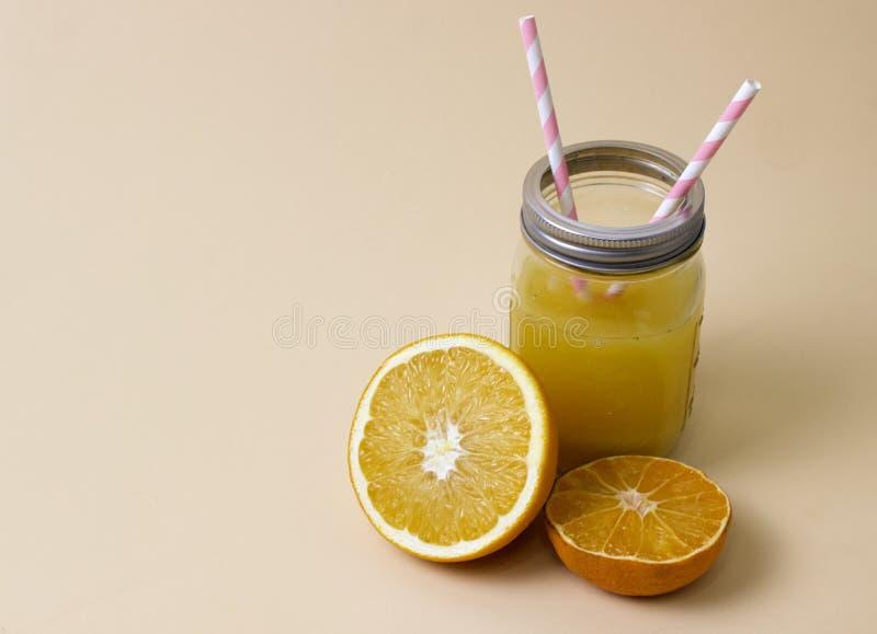 Oranje vers in een glaskruik stock afbeeldingen