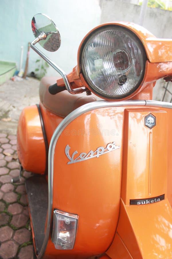 Oranje Vespa stock foto's
