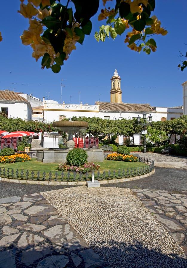 Oranje Vierkant in Estepona Spanje met mooie tuinen en bloemen stock afbeelding