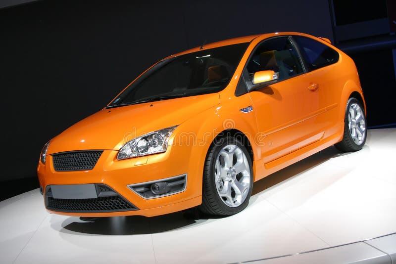 Oranje vijfdeursauto royalty-vrije stock foto's