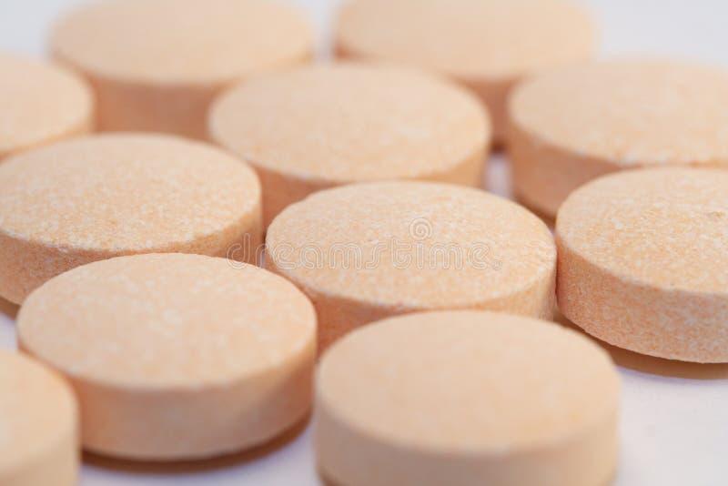 Oranje vitaminepillen stock afbeelding