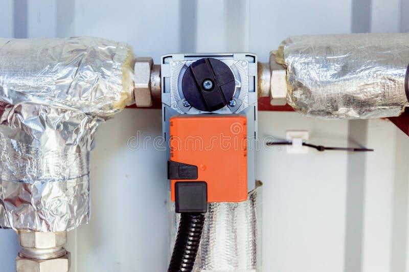 Oranje vochtigere actuator die op het industriële lichaam van de ventilatieeenheid, vooraanzicht wordt geïnstalleerd royalty-vrije stock foto's