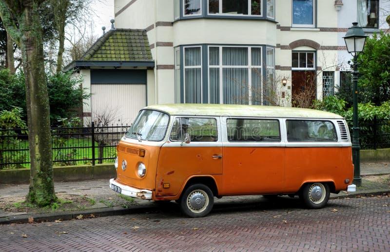 Oranje Volkswagen-bestelwagen stock afbeelding