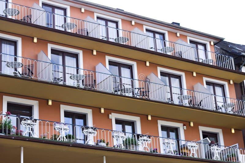 Oranje voorgevel van een Duits gebouw met balkon en vensters Duitsland stock afbeeldingen