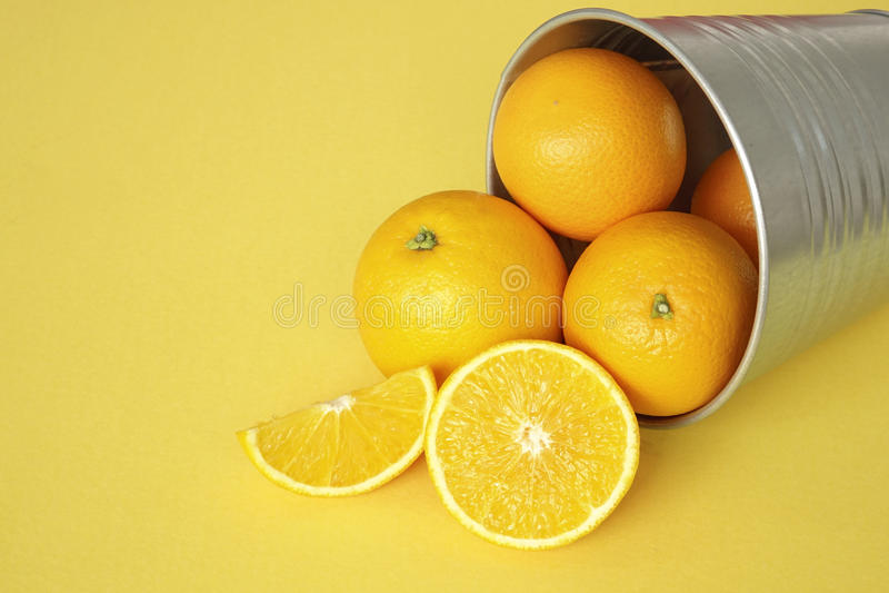 Oranje vruchten met gele achtergrond stock foto