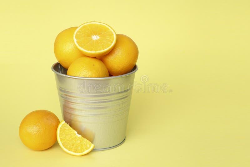 Oranje vruchten met gele achtergrond royalty-vrije stock foto