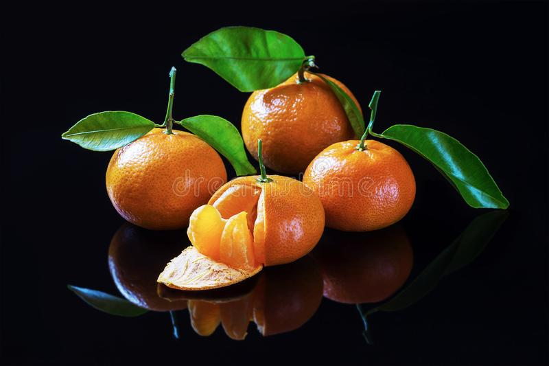 Oranje vruchten op een zwarte achtergrond stock foto