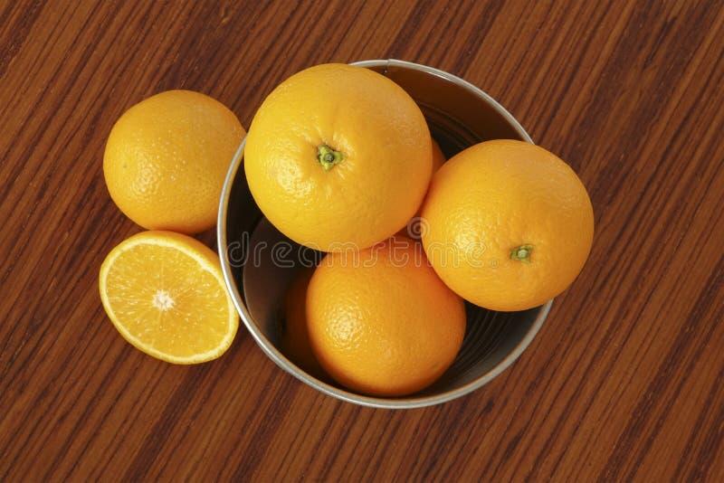 Oranje vruchten op lijst stock foto's