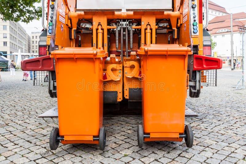 Oranje vuilnisauto stock foto