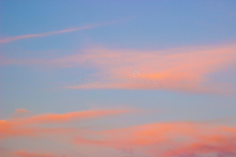 Oranje wolken op blauwe hemel royalty-vrije stock fotografie