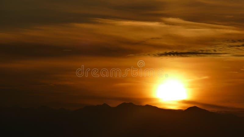Oranje Zon Een magisch ogenblik waarin het oranje is polen stock afbeelding