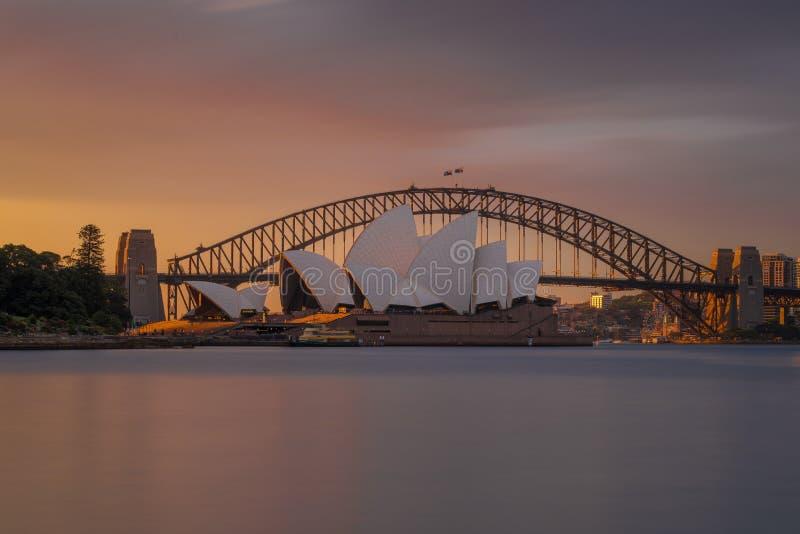 Oranje zonsondergang bij het Operahuis Sydney stock afbeelding