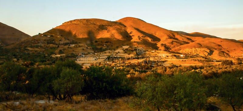 Oranje zonsondergang boven binnenlandse helling op eiland Lemnos royalty-vrije stock fotografie