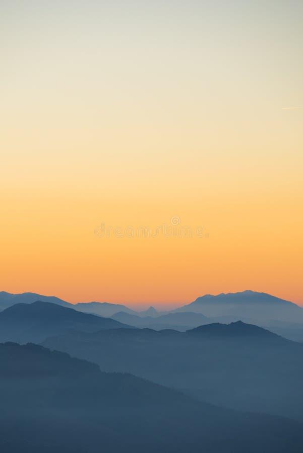 Oranje zonsondergang in het laatste uur van de avond royalty-vrije stock foto