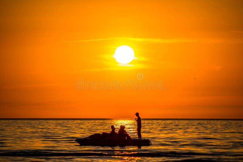 Oranje zonsondergang, mensensilhouet royalty-vrije stock afbeelding