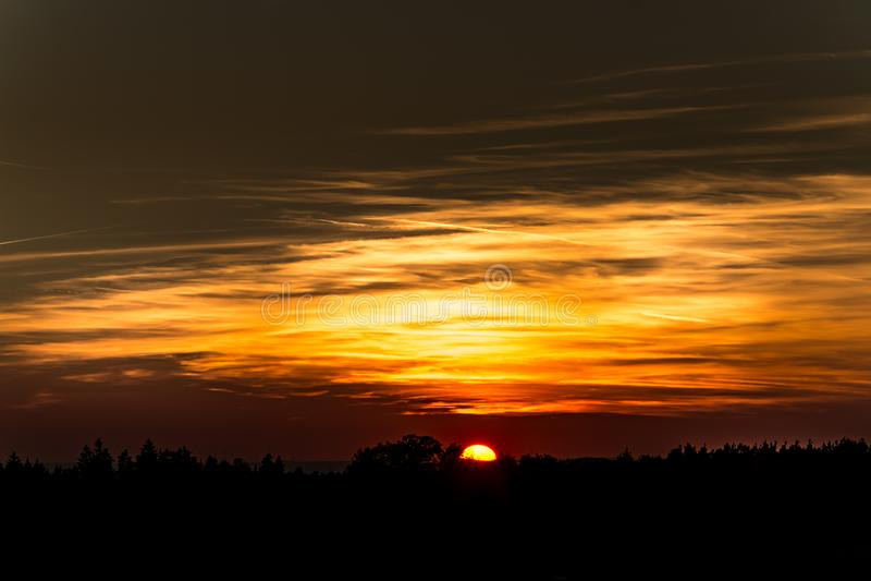 Oranje zonsondergang op de horizon stock foto