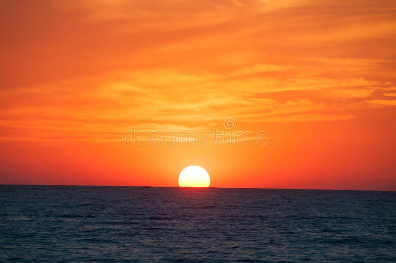 Oranje Zonsondergang op de overzeese horizon. royalty-vrije stock afbeeldingen
