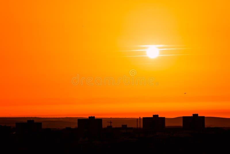 Oranje zonsondergang op de stad stock foto's
