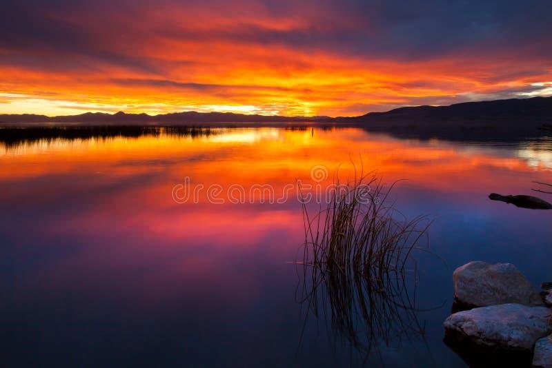 Oranje Zonsondergang op het Meer stock afbeelding