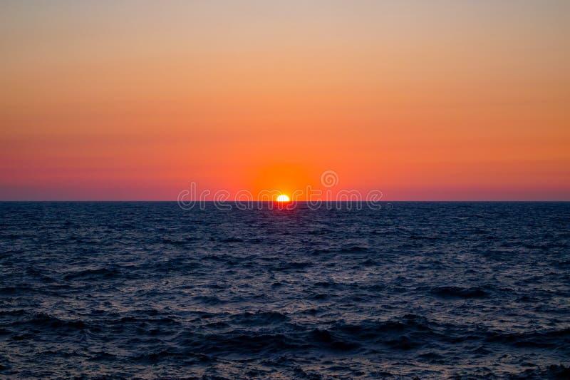 Oranje zonsondergang over de Zwarte Zee, Chernomorskoye, de Krim stock afbeeldingen