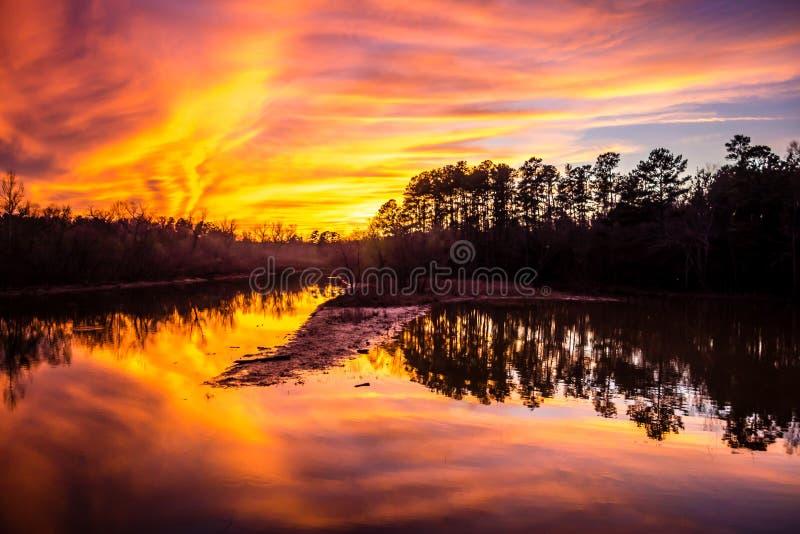 Oranje zonsondergang over meer royalty-vrije stock foto