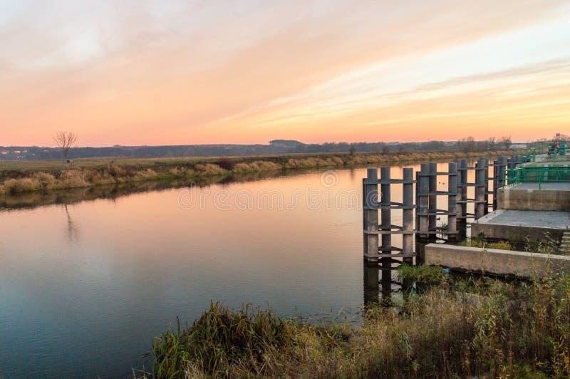 Oranje zonsondergang over Narew-rivier in Lomza stock afbeelding