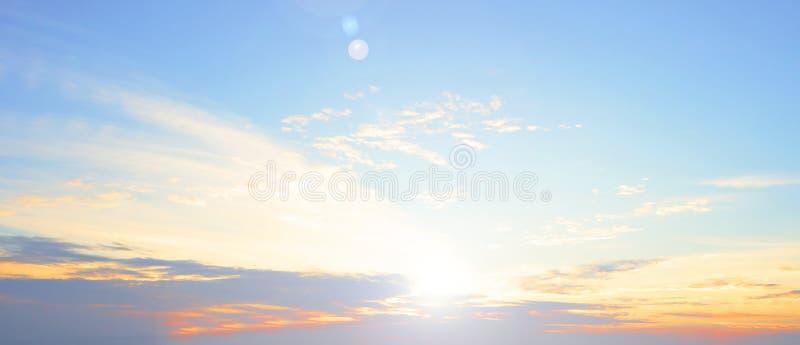 Oranje zonsondergang over rivierbezinning in waterlandschap royalty-vrije stock afbeelding
