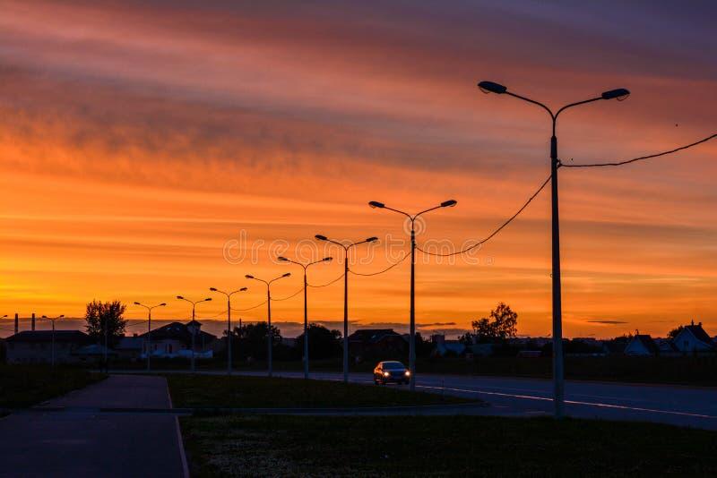 Oranje zonsondergang in stad stock afbeeldingen