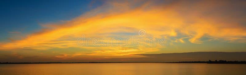 Oranje zonsonderganghemel De achtergrond van het aardlandschap stock afbeelding