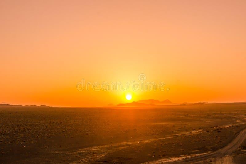 Oranje zonsopgang in de woestijn van Iran royalty-vrije stock fotografie