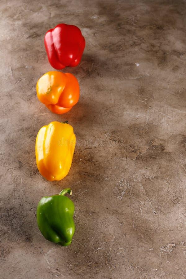 Oranjegele rode groene groene paprika's over geweven achtergrond Luchtmening van verse organische groenten op lichte houten lijst royalty-vrije stock foto's