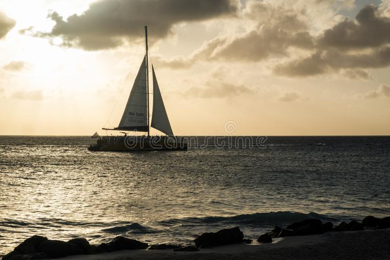 Oranjestad,阿鲁巴- 2018年4月10日:航行在风船在老鹰海滩附近在日落 库存图片
