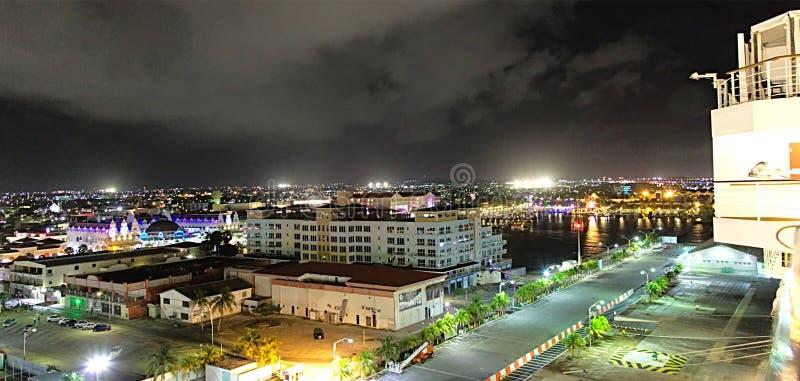 Oranjestad Aruba alla notte immagini stock