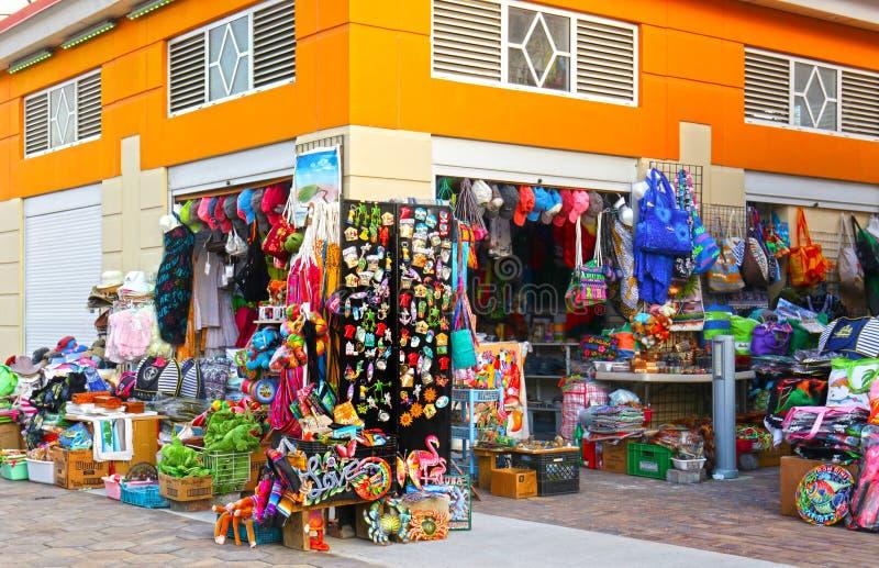 Oranjestad, Aruba - 15 Oct, 2018 Kleurrijke toerist het winkelen vlek, verkopende T-shirts, zakken, hoeden en herinneringen Lokal royalty-vrije stock foto's
