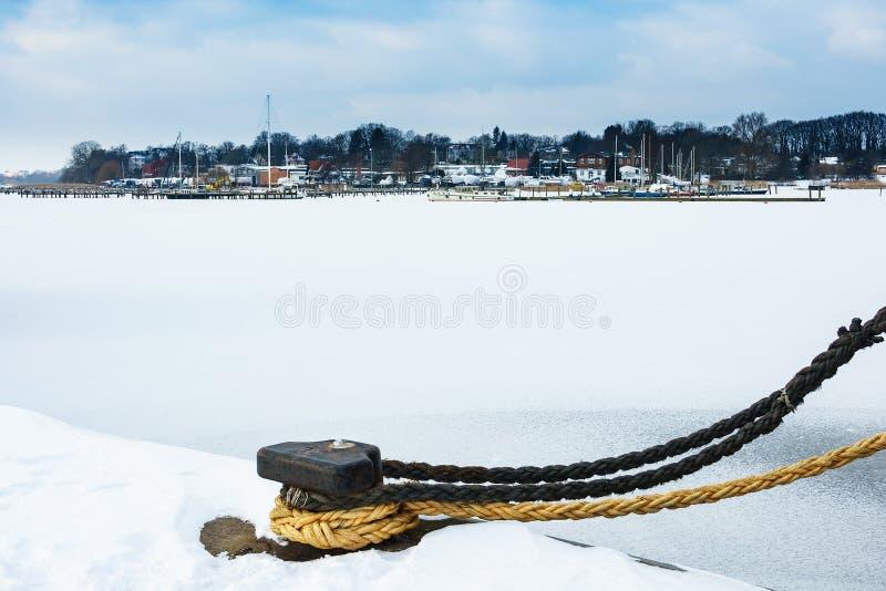 Orario invernale nel porto della città di Rostock, Germania fotografia stock