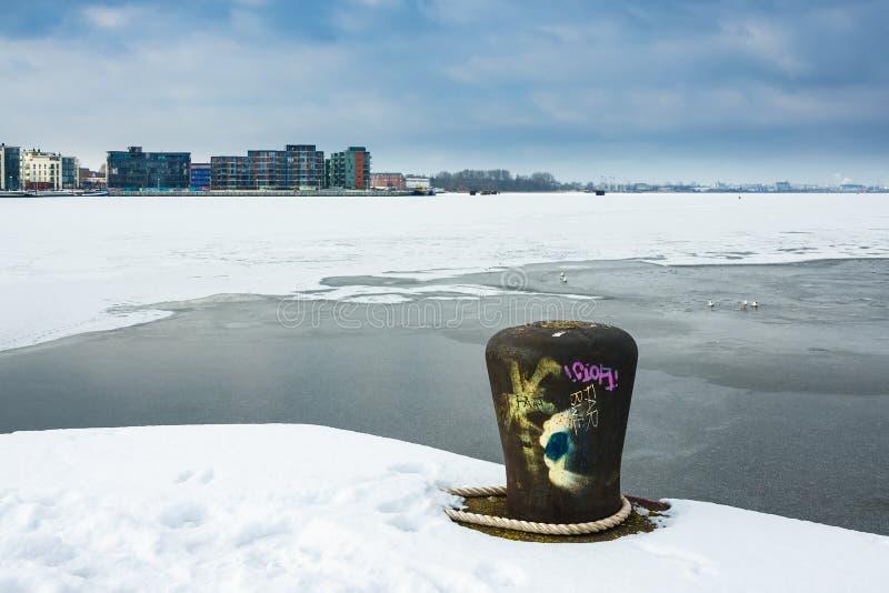 Orario invernale nel porto della città di Rostock, Germania immagine stock