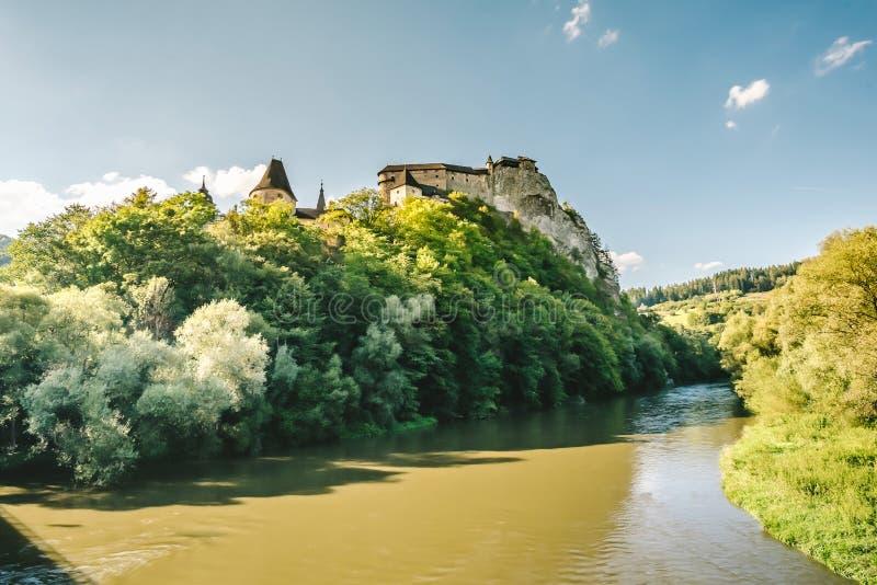 Orava slott i sommar, Slovakien arkivfoton