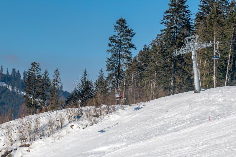 Oravice - elevador de cadeira Fugas fantasticamente preparadas do esqui de níveis diferentes de dificuldade imagens de stock